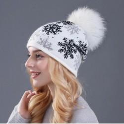 Dámská zimní čepice bílá s norským vzorem